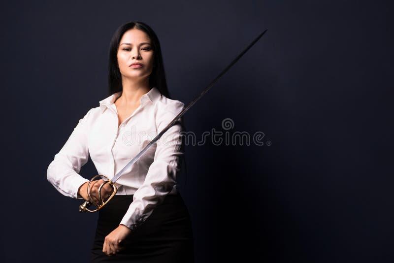 Aziatische onderneemster met zwaard royalty-vrije stock fotografie