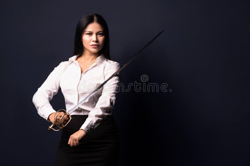 Aziatische onderneemster met zwaard stock afbeelding