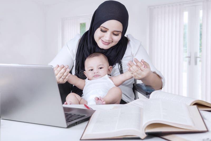 Aziatische Onderneemster Playing met Babyjongen royalty-vrije stock afbeeldingen