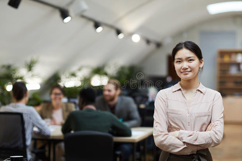 Aziatische Onderneemster Posing in Bureau royalty-vrije stock afbeeldingen