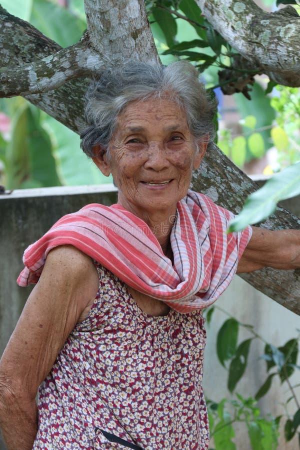 Aziatische oudere vrouw met Thaise de stijlkleding van het land stock foto's