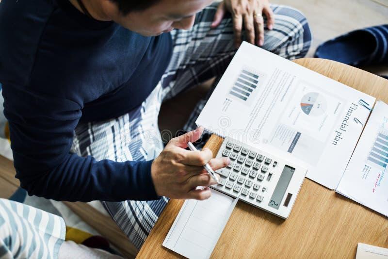 Aziatische paar planning voor de investering stock foto