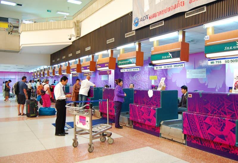 Aziatische reizigers bij aankomstterminal royalty-vrije stock afbeeldingen