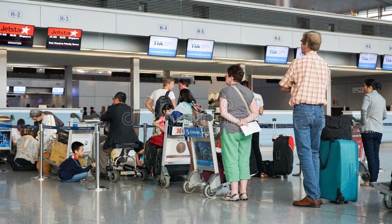 Aziatische reizigers bij aankomstterminal in Tan Son Nhat royalty-vrije stock foto's