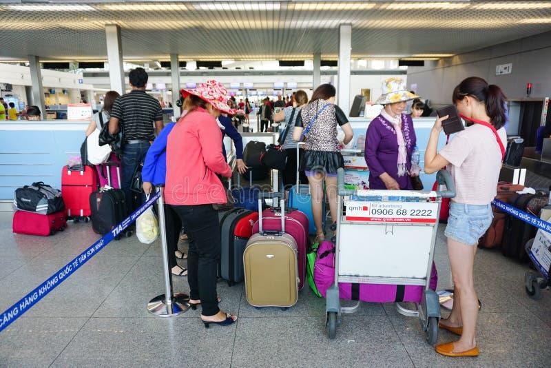 Aziatische reizigers bij aankomstterminal in Tan Son Nhat royalty-vrije stock afbeelding