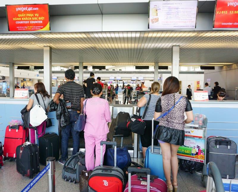 Aziatische reizigers bij aankomstterminal in Tan Son Nhat stock foto's