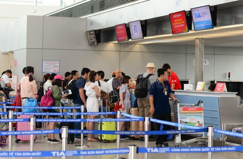 Aziatische reizigers bij aankomstterminal in Tan Son Nhat stock afbeelding