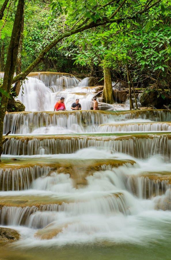 Aziatische reizigers bij de waterval van Huay Mae Khamin, beroemde natuurlijk aan royalty-vrije stock fotografie