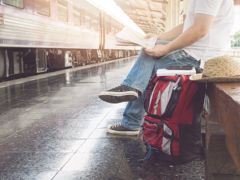 Aziatische reizigersmens die met bezittingen op reis door trein a wachten royalty-vrije stock foto's