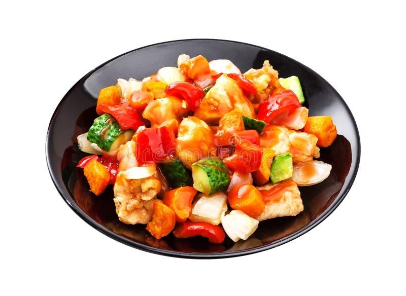 Aziatische salade - kip met groenten in kruidige die saus op witte achtergrond wordt geïsoleerd royalty-vrije stock foto
