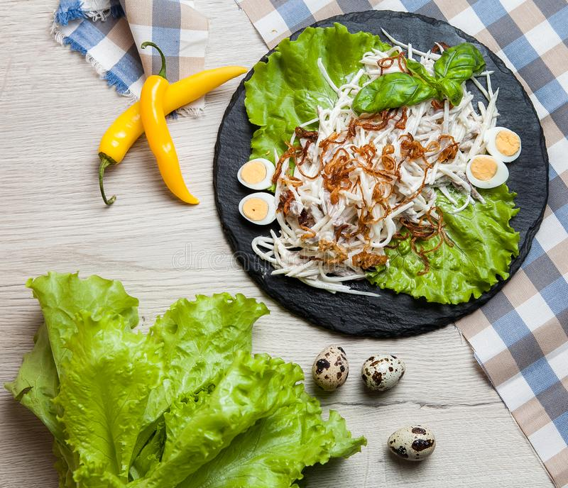 Aziatische salade met greens, eierenkwartels royalty-vrije stock fotografie