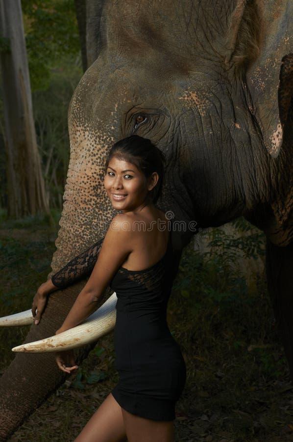 Aziatische Schoonheid met Vriendschappelijke Olifant royalty-vrije stock foto