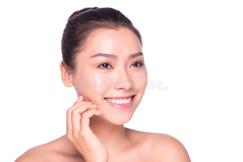 Aziatische schoonheids skincare vrouw wat betreft huid op gezicht stock afbeelding