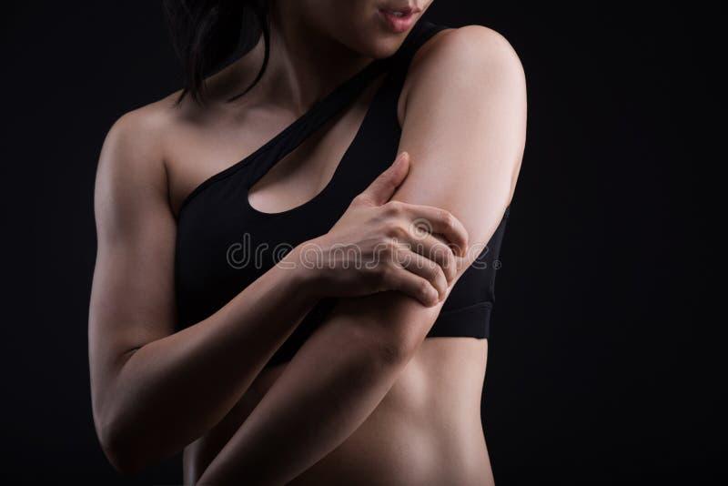 Aziatische sportieve vrouw met Wapenspijn royalty-vrije stock afbeeldingen
