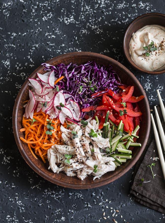 Aziatische stijlgroenten en gestroopte kip slaw Het concept van het gezonde voedingvoedsel Op een donkere achtergrond stock fotografie