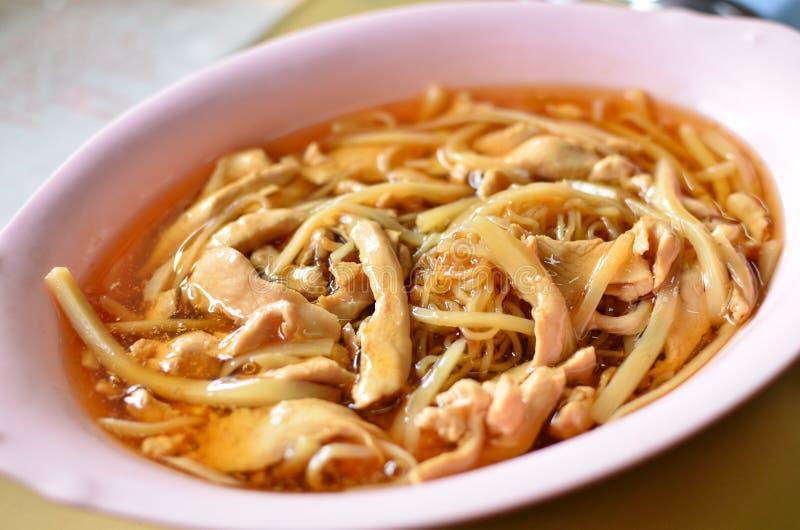 Aziatische stijlnoedel in bruine soep stock foto's
