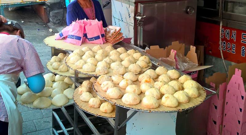 Aziatische streetfood - broodjes in de Koreaanse straatmarkt in Seoel stock fotografie