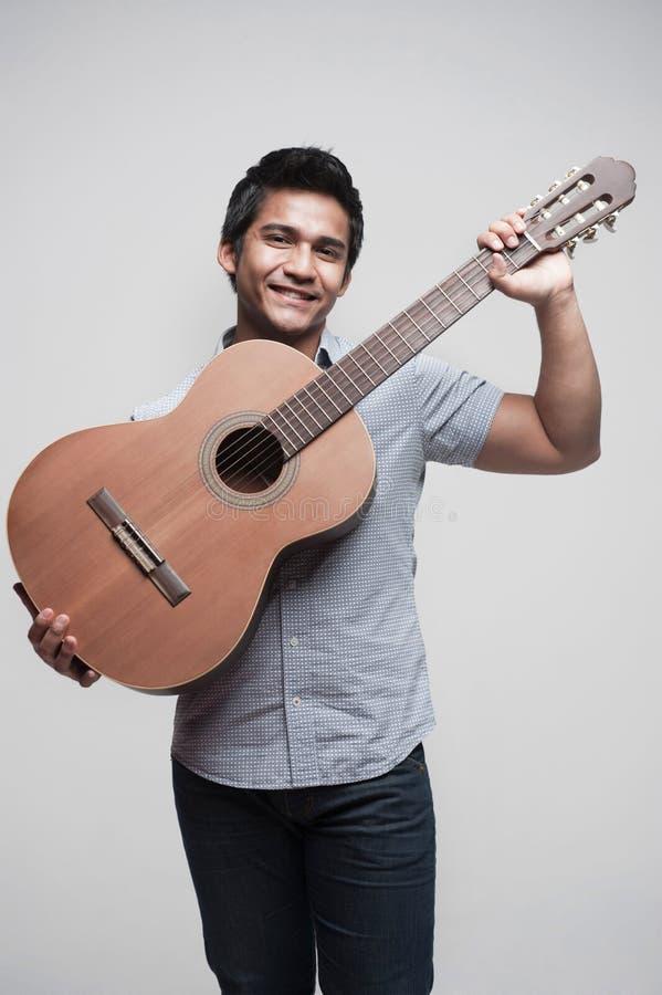 Aziatische Student die een gitaar 2 houdt royalty-vrije stock foto