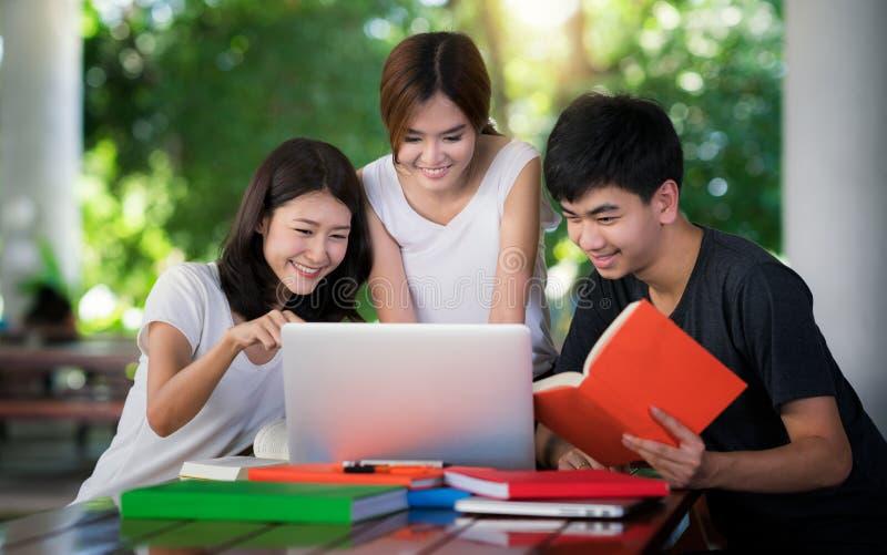 Aziatische student do rapport en het huiswerk togather royalty-vrije stock foto