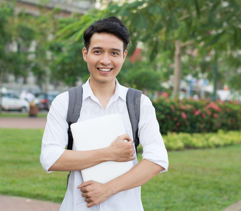 Aziatische student met laptop stock fotografie