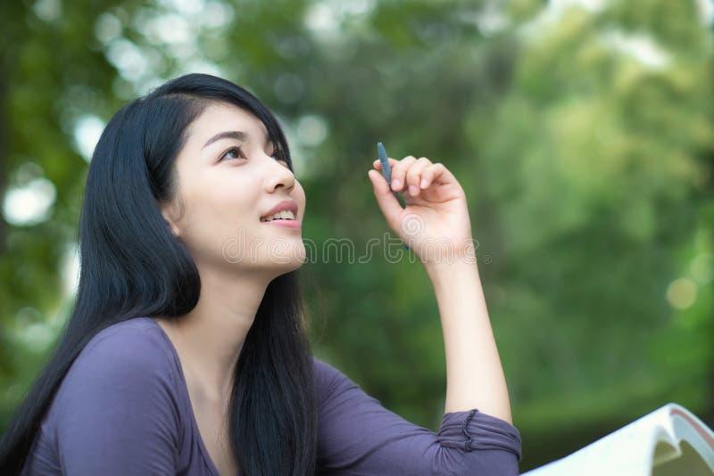 Aziatische student op campus stock fotografie