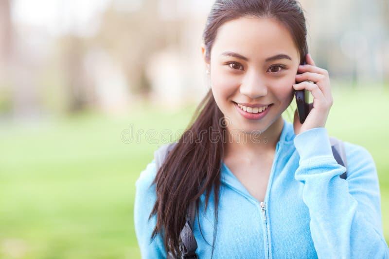 Aziatische student op de telefoon royalty-vrije stock afbeelding