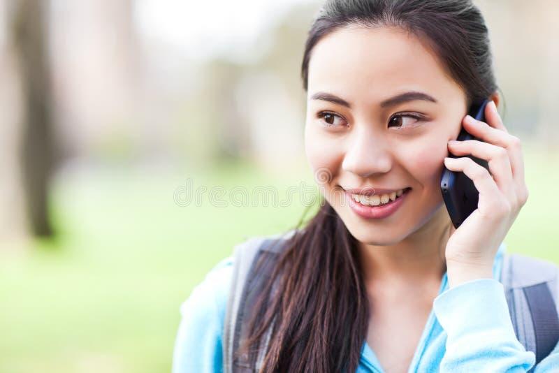 Aziatische student op de telefoon royalty-vrije stock afbeeldingen