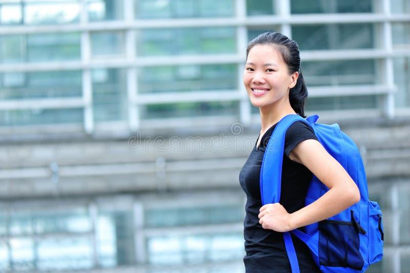 Aziatische studente in campus royalty-vrije stock afbeelding