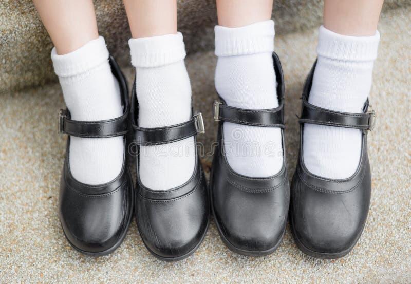 Aziatische Thaise de studentenvoeten van het meisjesschoolmeisje met zwarte leerschoen stock fotografie