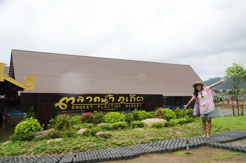 Aziatische Thaise vrouwenreis en het stellen van bij phuket het drijven markt royalty-vrije stock fotografie