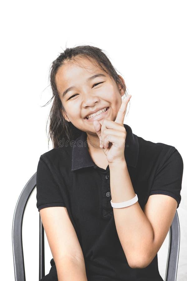 Aziatische tiener die met geïsoleerde whi van de gelukemotie gezicht lachen stock afbeeldingen