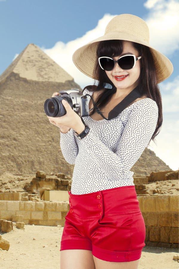 Aziatische toerist bij piramide stock foto's