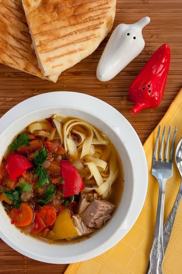 Aziatische traditionele soep lagman met noedel en vlees stock fotografie