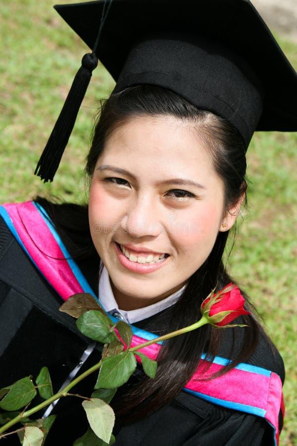 Aziatische universitaire gediplomeerde stock afbeelding