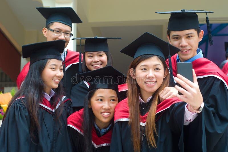 Aziatische universitaire gediplomeerden stock foto