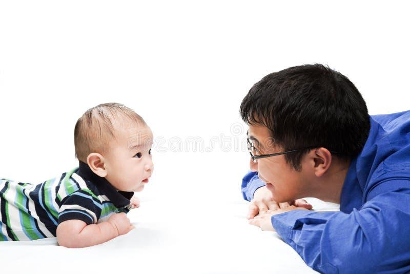 Aziatische vader en zoon stock foto's