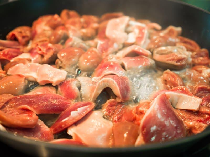 Aziatische voedsel gekookte die kippenharten in pan worden gebraden stock fotografie