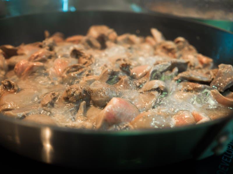 Aziatische voedsel gekookte die kippenharten in pan worden gebraden stock afbeelding