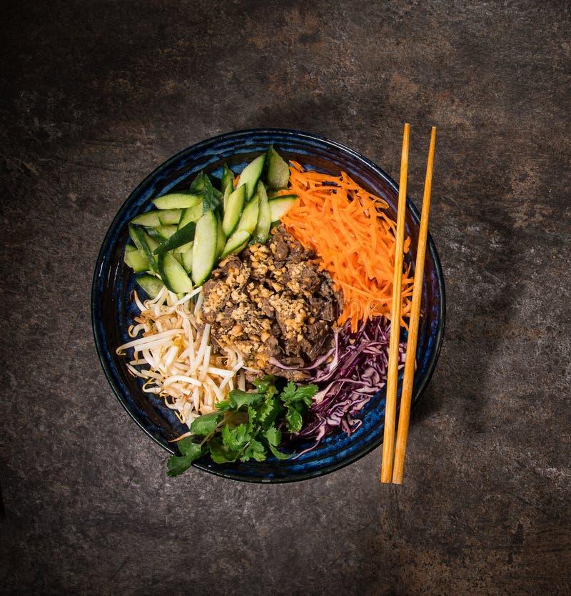 Aziatische voedselachtergrond met diverse ingrediënten op rustieke steenachtergrond, hoogste mening royalty-vrije stock afbeelding