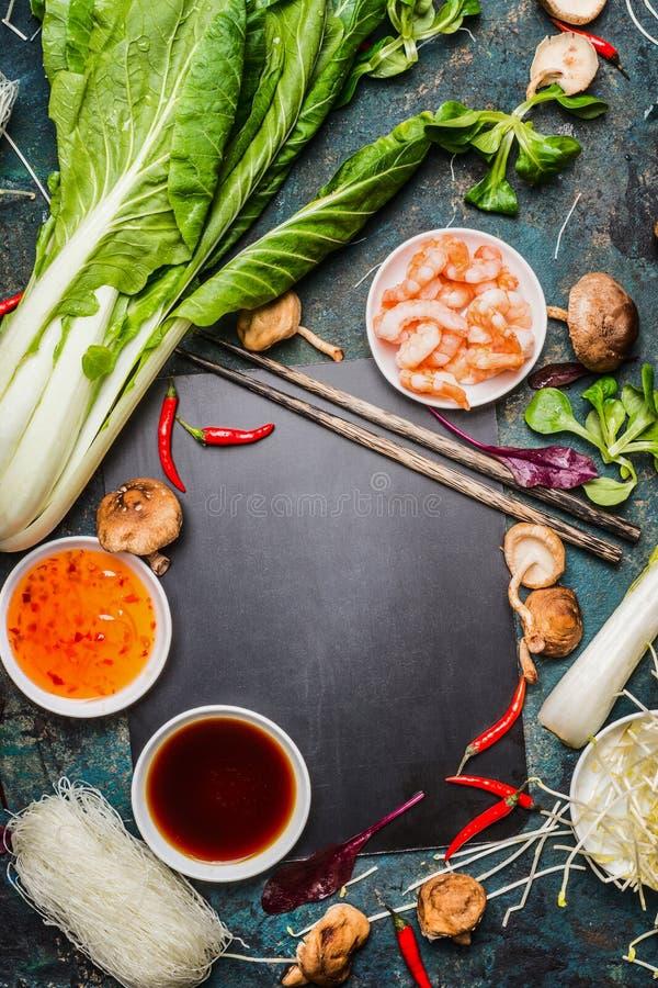 Aziatische voedselachtergrond met het koken van ingrediënten, eetstokjes en sausen stock fotografie