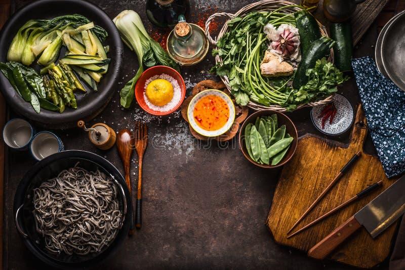 Aziatische voedselachtergrond Smakelijke vegetarische ingredi?nten Diverse groene groenten, sobanoedels - boekweitnoedels, aromaz royalty-vrije stock fotografie