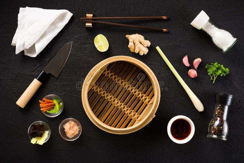 Aziatische voedselingrediënten en stoomboot royalty-vrije stock foto's