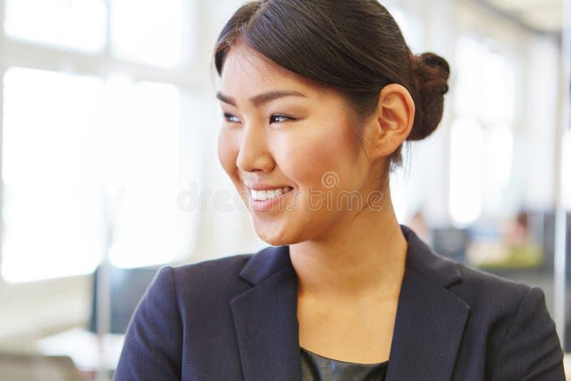 Aziatische vrouw als glimlachende onderneemster royalty-vrije stock afbeeldingen