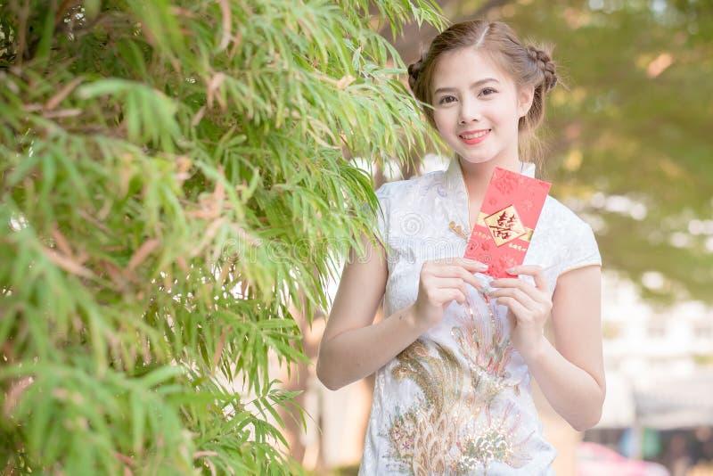 Aziatische vrouw in Chinees stock afbeelding