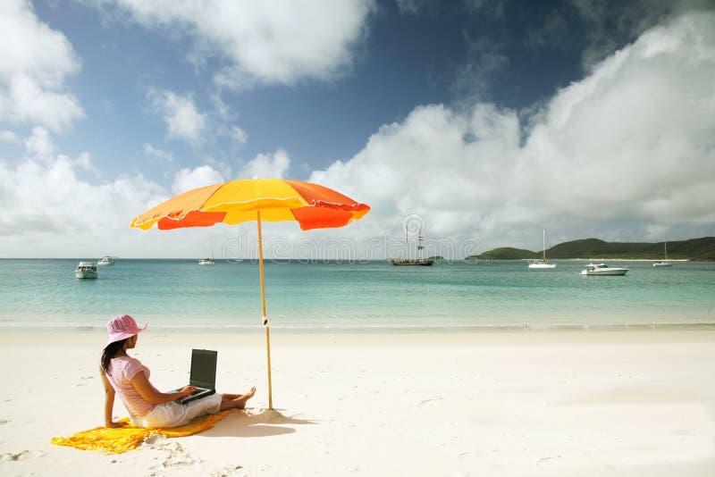 Aziatische Vrouw die aan het strand werkt royalty-vrije stock afbeeldingen