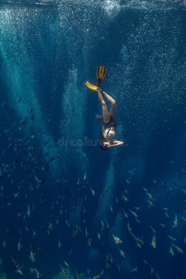 Aziatische vrouw die in Blauw Gat zwemmen stock foto's