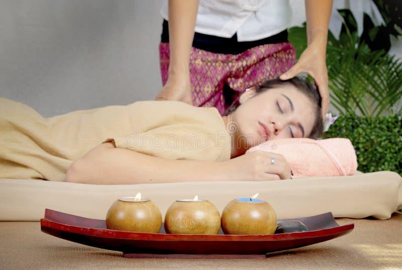 Aziatische vrouw die een hoofd Thaise massage ontvangen stock afbeeldingen