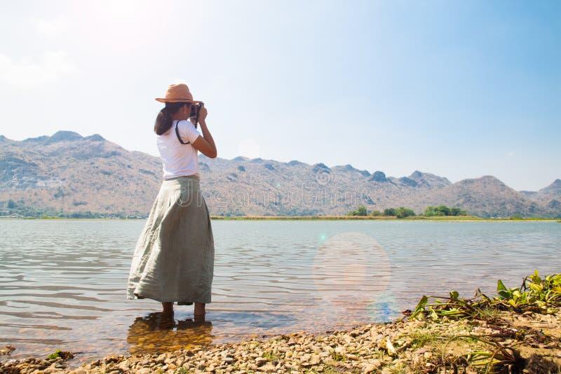 Aziatische vrouw die foto schieten Gelukkige reiziger Vrijheid en Levensstijl royalty-vrije stock fotografie