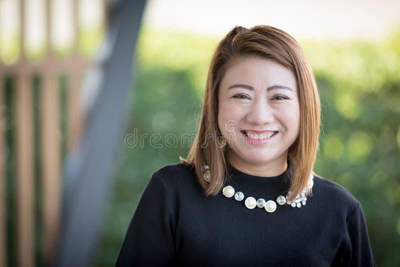 Aziatische vrouw die gelukkig portret glimlacht stock afbeelding