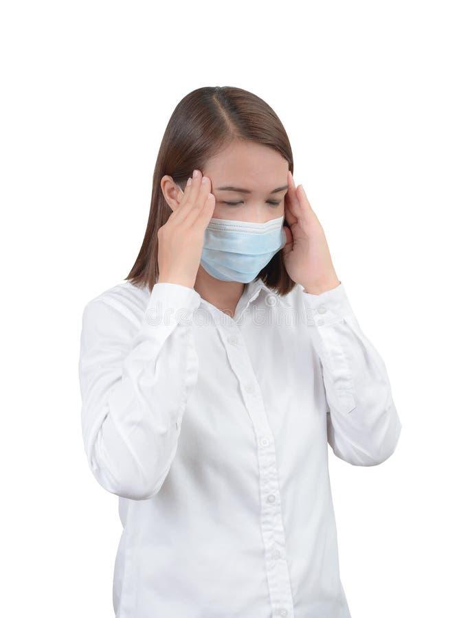 Aziatische vrouw die hoofdpijn met beschermende maskers voelen royalty-vrije stock foto